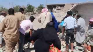 رفع  سطح المنزل عن شاب ووالدته  بعد استهداف الطيران المروحي قرية جب سليمان جبل شحشبو 1/6/2015
