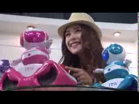 Hotgirl Chi Pu nhảy với Robot!