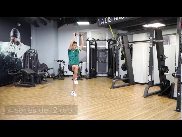 avanzada con rotación de tronco y elevación de brazos