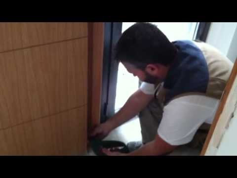 Como instalar una puerta en block youtube for Como poner una puerta de madera con marco