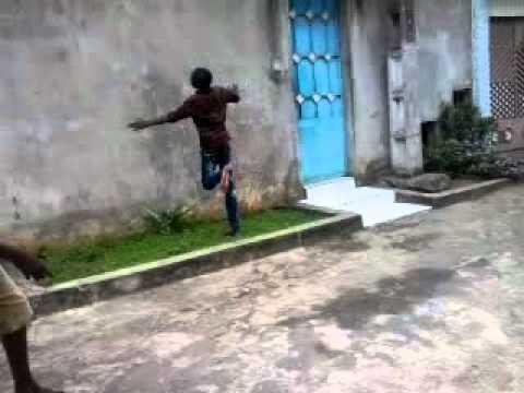 L 39 homme qui rentre dans le mur youtube for Fenetre qui rentre dans le mur