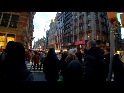 ⁴ᴷ⁶⁰ Walking NYC : SoHo, Manhattan via Broadway during the Holidays 2018