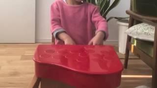 子どもがトイピアノで遊んでいるところ それっぽく弾いてる感がすごくよ...