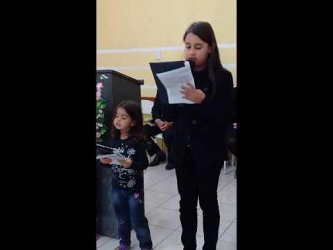 2  criança louvando a Deus