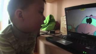 Подвижные игры с ребенком до 3 лет. Аким смотрит детские английские мультики
