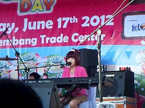 Gigi chibi main piano dan nyanyi Lagu BUNDA