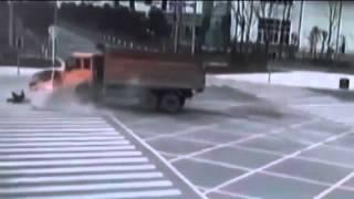 كاميرا بالشارع تلتقط صورة حادث مروع لزوجين بالصين