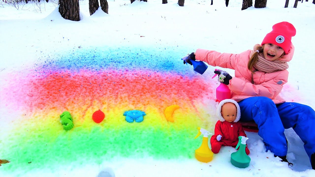 Полина раскрашивает снег и учит цвета