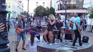 Мужики отрываются под музыку уличных музыкантов Music Song