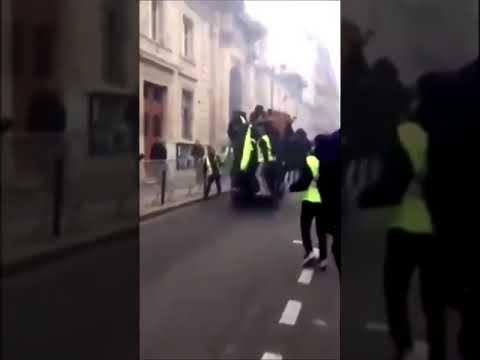 Paris :  Gilets jaunes. Les portes du ministère chargé des relations avec le parlement enfoncées