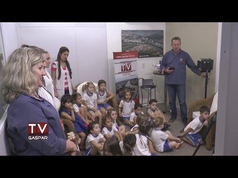 Alunos do Colégio Madre Francisca Lampel visitam TV Gaspar