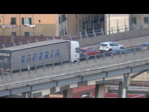 Genova, crollo ponte Morandi: i mezzi abbandonati dagli automobilisti in fuga