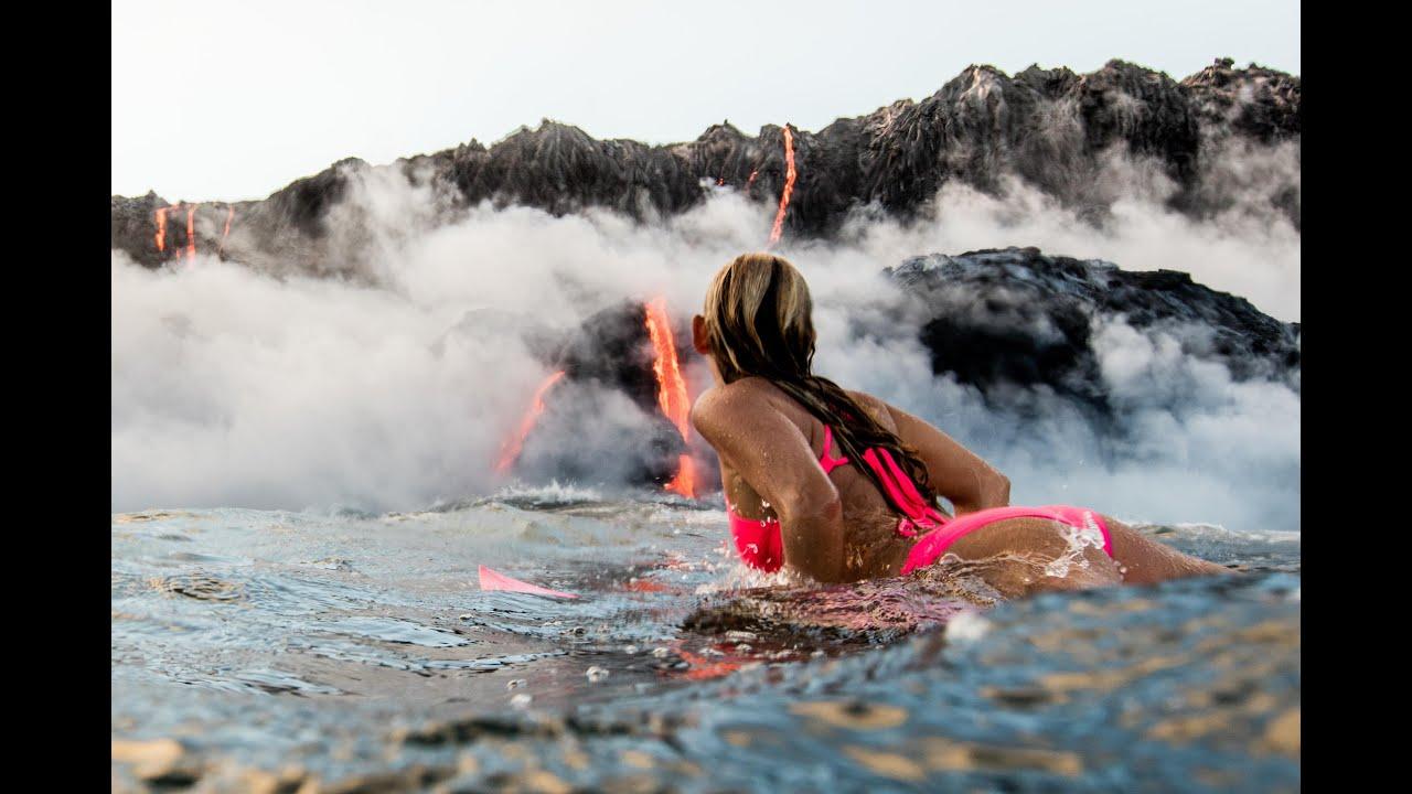 Се соблече, влезе во вода и заплива кон активен вулкан