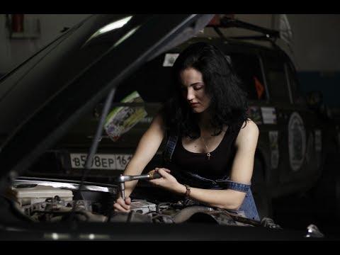 Как девушки меняют масло в машине