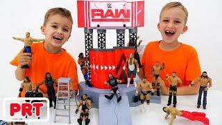 Vlad e Nikita brincam com a WWE Toys