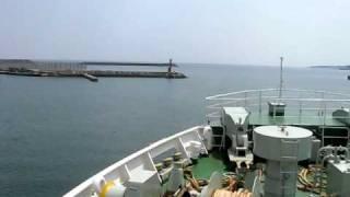 芦辺港を出航する、フェリー「ニューつしま」。