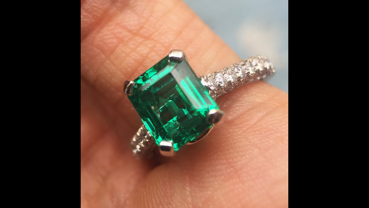 Vivid green emerald diamond engagement ring best for Emerald green wedding ring