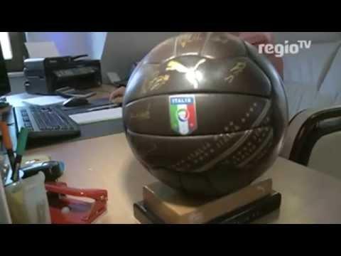 Kinderherzaktionen - Alex versteigert zur WM exklusive handsignierte Trikots