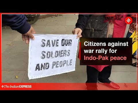 Delhi residents form a human chain for India-Pakistan peace