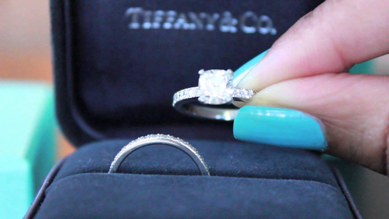 26 окт 2016. Самое знаменитое в мире помолвочное кольцо tiffany setting с шестью лапками и формой, которая стала классикой жанра, считается культовой моделью на все времена. В 2016 году tiffany & co. Как раз отмечает юбилей легендарного бестселлера — кольцо было представлено.