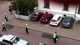 Läsarfilm: Polisen ingriper i våldsamt huliganbråk