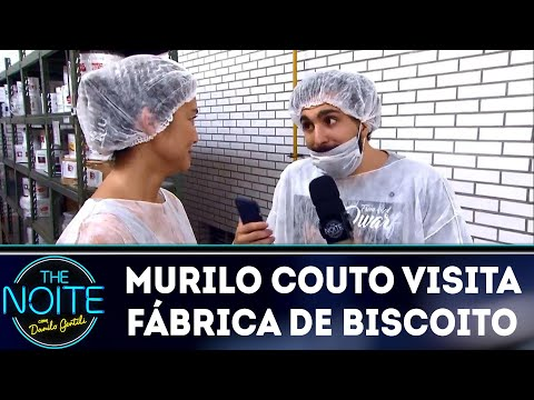 Murilo Couto visita fábrica de biscoito da sorte | The Noite (23/03/18)
