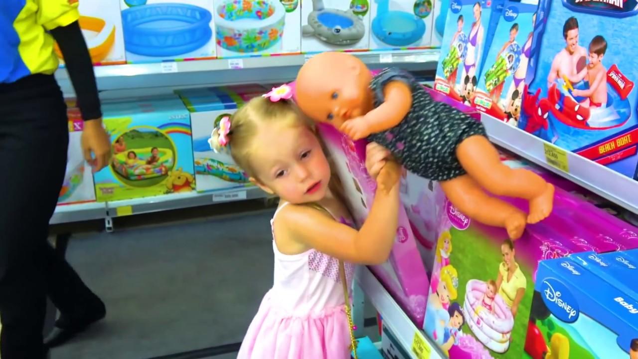 Настя и кукла пупсик играют на море Nastya and baby doll play fun on the sea