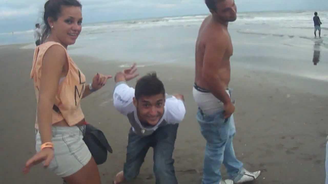 Guapisima jovencita borracha se desnuda - Videos