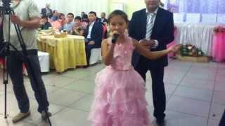 Маленькая девочка красиво поет на казахском