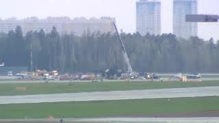 Смотреть видео Трагедия в Шереметьево. Эвакуация SSJ-100. Прямая трансляция - Москва 24 онлайн