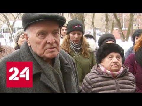 Первый этаж дома на Перовской улице радикальными методами превращают в магазин - Россия 24