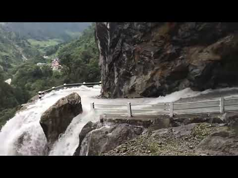 Estas son las impactantes imágenes de una carretera de montaña inundada por varias cataratas