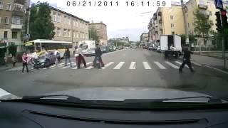 Пешеход кинул бутылку в машину ДТП! Авария! Видеорегистратор(, 2014-04-23T23:50:47.000Z)