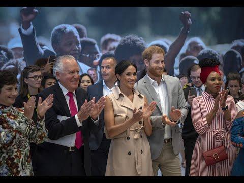 الأمير هاري وزوجته يزوران معرضا لنلسون مانديلا في لندن