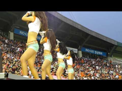 Korean Baseball -- Eagles Cheerleaders!