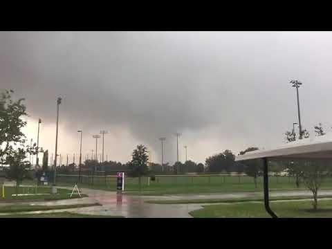 Video: Tornado con gran fuerza destruye viviendas en La Florida.