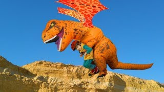 У Лёвы сломался трактор, Динозавры играя помогли спустить трактор и Лёву с горы на воздушных шарах