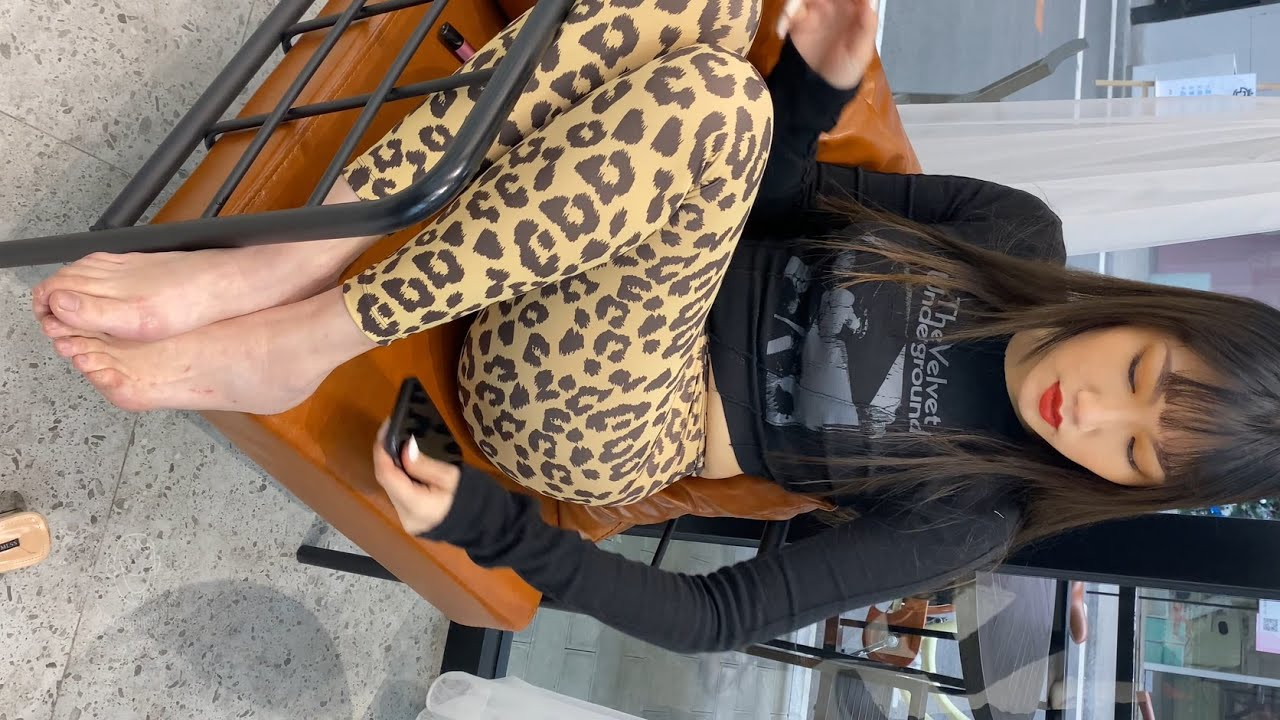 Download 原画无剪辑 4K极品街拍:豹纹紧身裤女郎  第一段