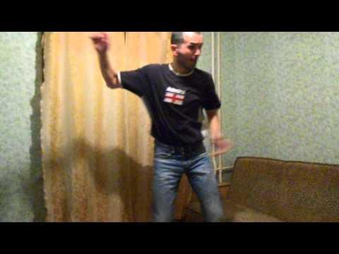 танцует под клубняк