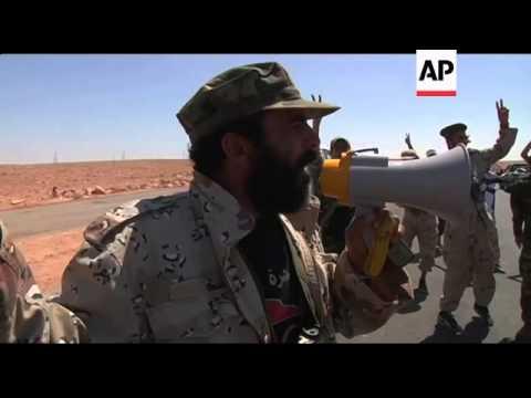 Gadhafi loyalists fire rockets towards Libyan fighters