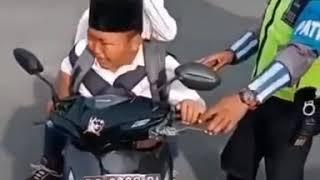 Kanak kecil ini bikin ketawa pak polisi..😂