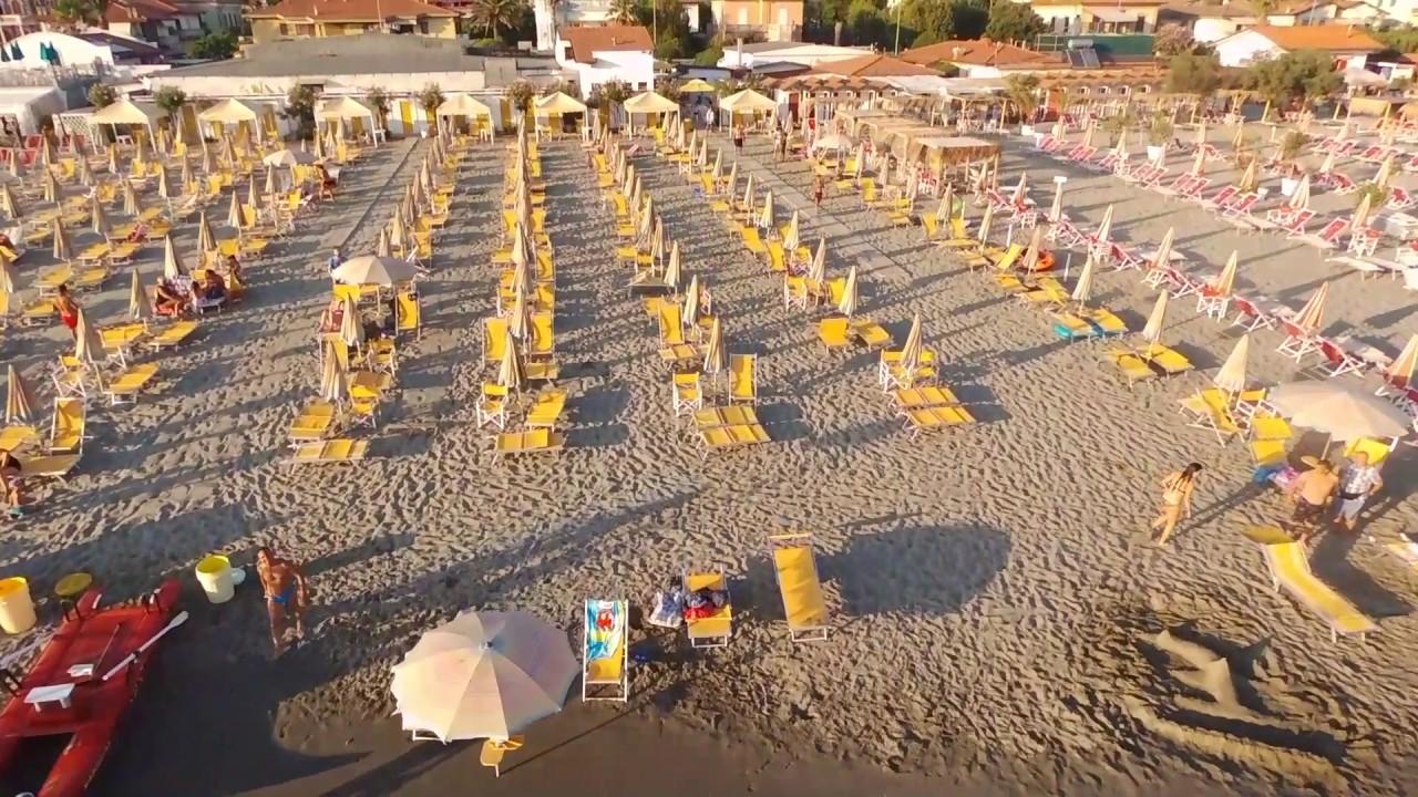 Marina di Massa - La spiaggia del Bagno Maddalena - YouTube