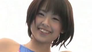 Молоденькая японочка играет в бассейне