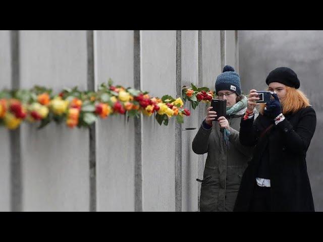 Mit Rosen und Kerzen: Erinnern an 30 Jahre Mauerfall in Berlin