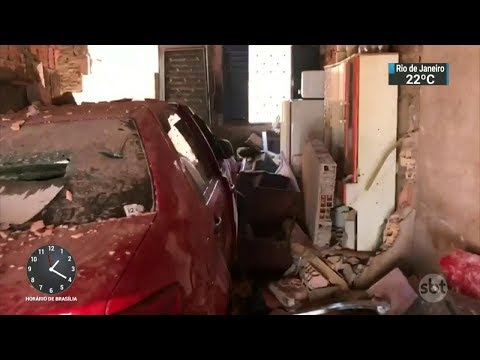 Motorista perde o controle, invade casa e atropela criança no DF | SBT Notícias (17/10/17)