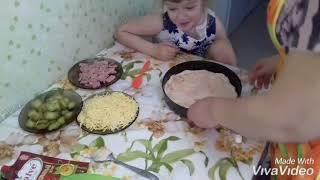 Пицца с колбасой и маринованными огурцами