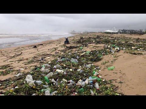 أمواج من النفايات البلاستيكية على ساحل ديربان في جنوب إفريقيا  - نشر قبل 2 ساعة