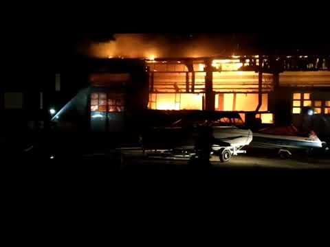 E prăpăd la Tulcea. Incendiu la societatea de transport public a Primăriei. Zeci de pompieri la inte
