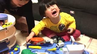 【イヤイヤ期?】兄弟仲悪くトミカで遊ぶ FUNNY CUTE FIGHT OF BABIES thumbnail