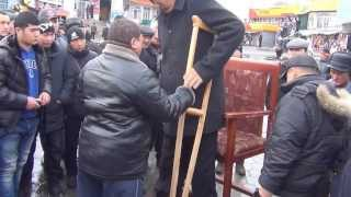 Самый высокий человек в Кыргызстане вынужден фотографироваться за деньги